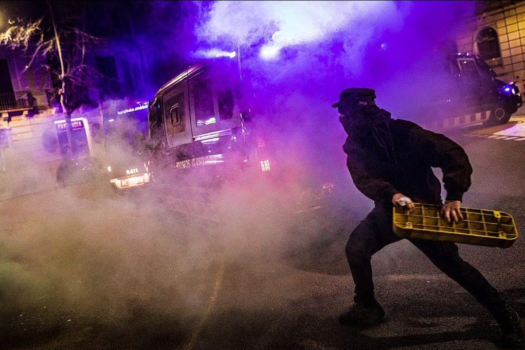 Segona nit de fúria i foc a Barcelona en protesta per l'empresonament de @pablohaseloficial <br><br>Por @jordiborras@mastodon.social